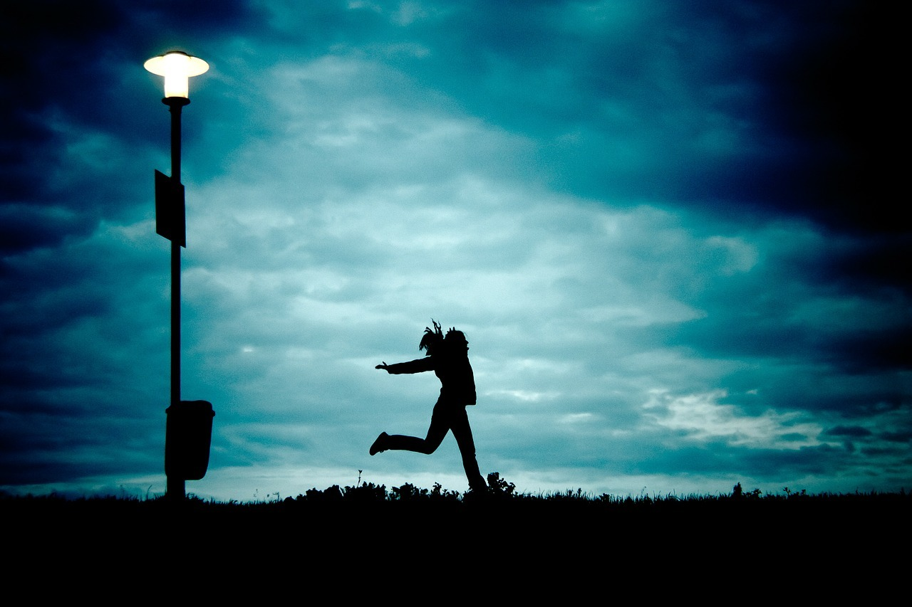 girl lighpost dance