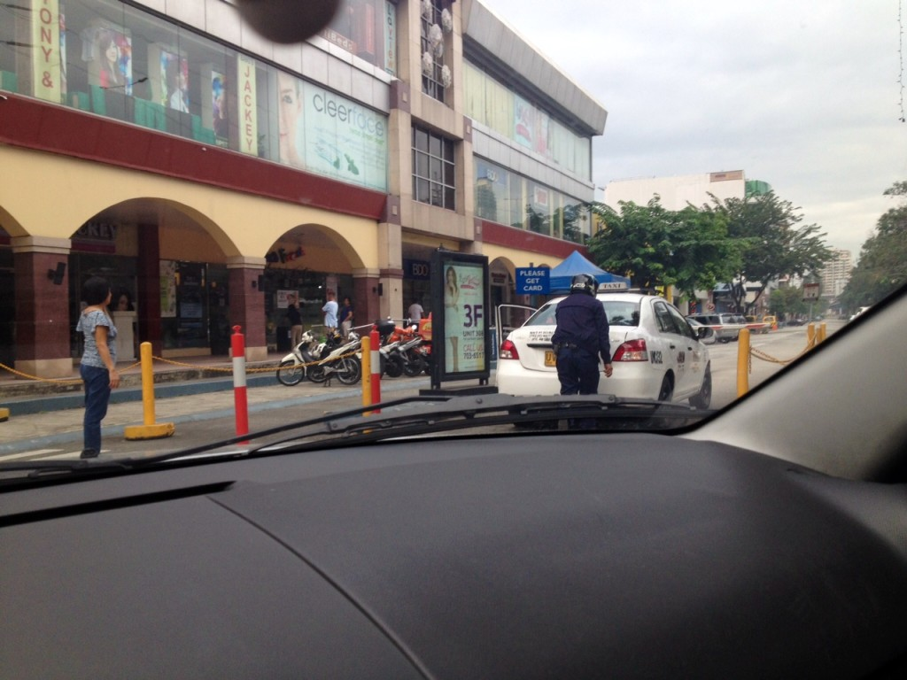 Good Samaritan pushed the stalled taxi all the way to the parking lot of Paseo de Magallanes